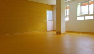 pose-en-remontee-en-plinthe-revetement-sol-pvc-gerflor-taralay-impression-confort-mimosa-jaune-angle-entrant-sortant-creche-kenzi-pacasol-maroc-830x480